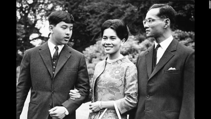 Quốc vương Bhumibol Adulyadej cùng vợ và con trai Vajiralongkorn trong chuyến thăm Anh năm 1966. Ảnh: AP