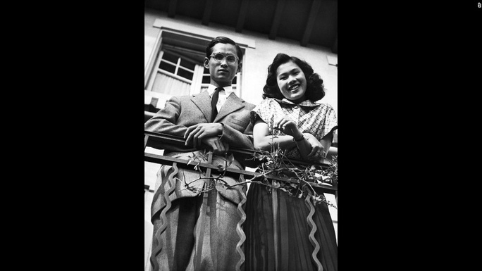 Bhumibol và người vợ tương lai Sirikit Kityakara chụp tại Lausanne năm 1949. Cặp đôi này kết hôn 1 năm sau đó tại Cung điện Srapathum ở thủ đô Bangkok. Ảnh: AP