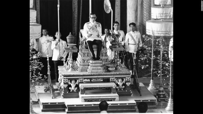 Quốc vương Bhumibol Adulyadej tại một buổi lễ ở Bangkok năm 1976. Ảnh: AP