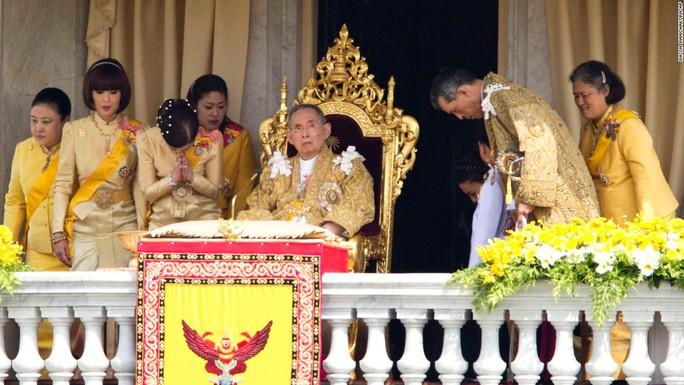 Quốc vương Bhumibol Adulyadej xuất hiện cùng gia đình nhân dịp sinh nhật 85 năm 2012. Ông có tổng cộng 4 người con. Ảnh: AP