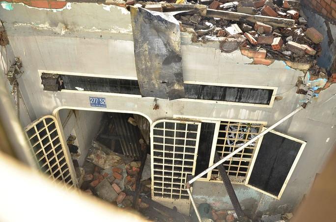 Cảnh tan hoang ở tầng 1 căn nhà sau vụ cháy