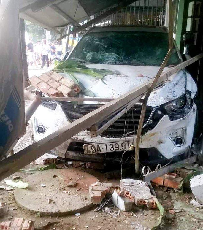 Ô tô 7 chỗ bị hư hỏng nặng phần đầu.