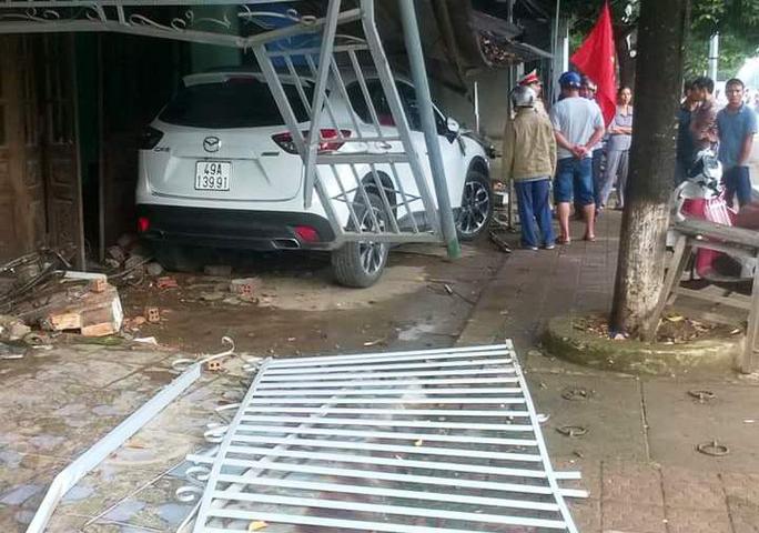 Chiếc ô tô húc thẳng nhà dân, rất may không ai bị thương vong.