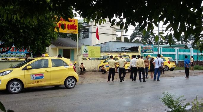 Các tài xế đưa xe tập trung trước cổng chi nhánh của công ty vào đầu giờ chiều.