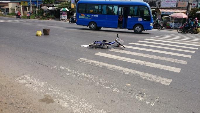 Xe khách va chạm với xe đạp điện tại ngã ba cầu Voi