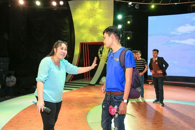 Sư phụ Hồng Vân đã yêu cầu Xuân Nghị phải tập hát nhạc rap bằng giọng Phú Yên