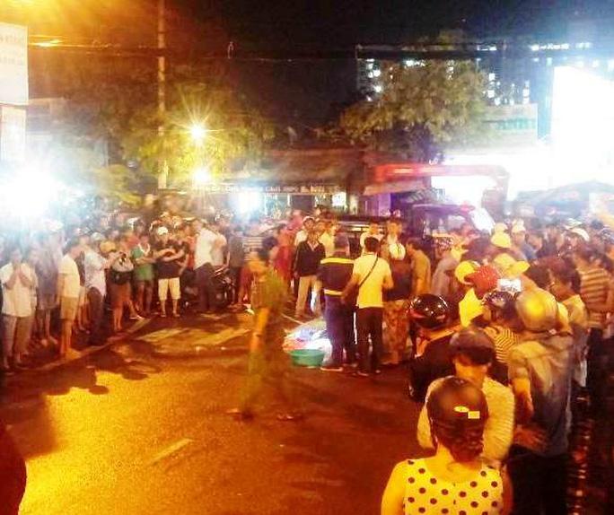 Hàng trăm người vây kín xung quanh hiện trường và không ít người thấy xót xa trước vụ tai nạn