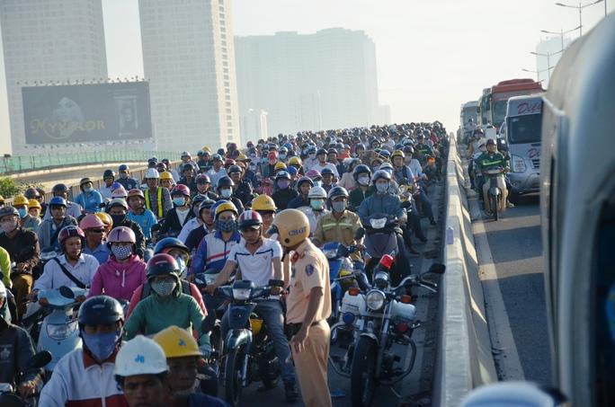 Cảnh kẹt cứng trên cầu Sài Gòn 1 do ảnh hưởng bởi vụ tai nạn