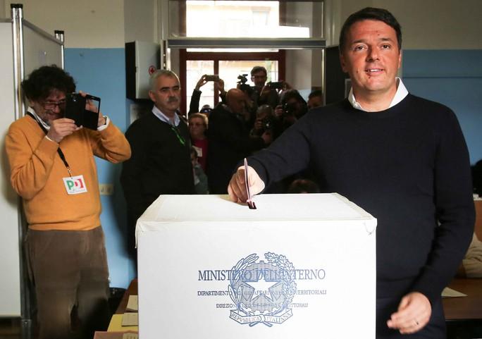 Thủ tướng Ý Matteo Renzi bỏ phiếu trong cuộc trưng cầu ý dân mà ông đặt cược tương lai chính trị Ảnh: Reuters