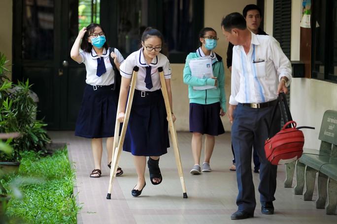 Cảm động hình ảnh người cha đưa con gái đi thi tại TP HCM - Ảnh 3.