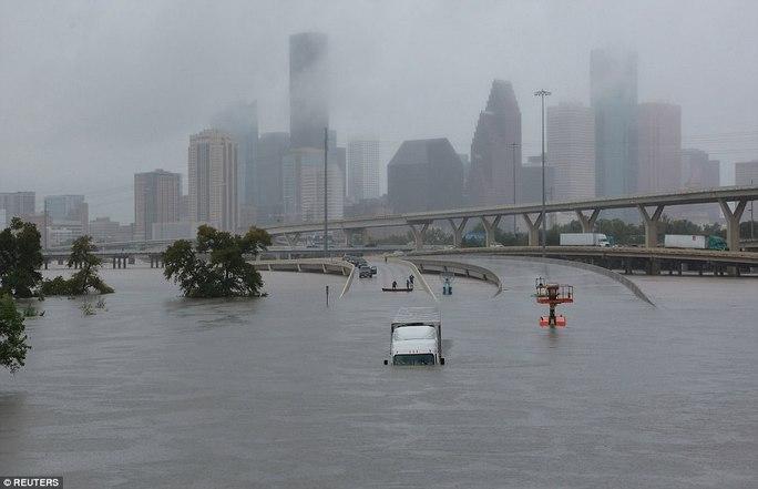 Mỹ xả đập cứu lũ cho Houston - Ảnh 7.