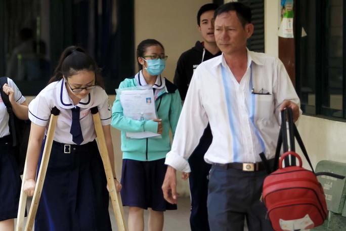Cảm động hình ảnh người cha đưa con gái đi thi tại TP HCM - Ảnh 4.