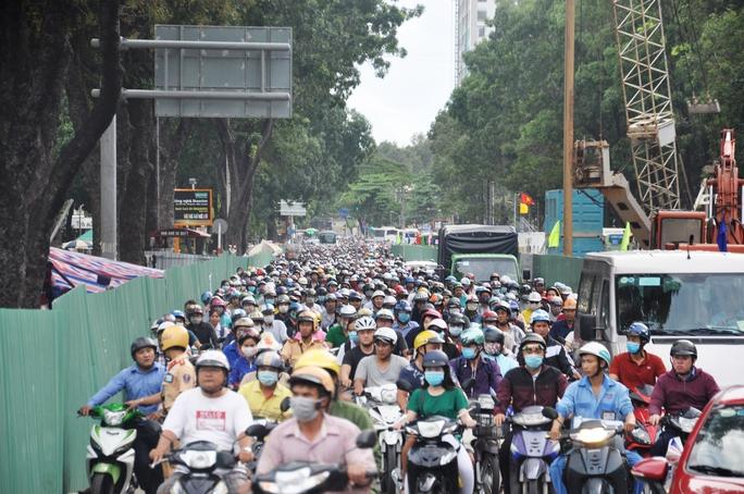 """Trên đường Hoàng Minh Giám và Nguyễn Thái Sơn (hướng về quận Gò Vấp), hàng ngàn phương tiện cũng phải nhích từng chút một. Dòng ô tô như """"chôn chân"""" trên đường, trong khi hàng trăm xe máy phải leo lên vỉa hè để lưu thông. Nhiều người chạy xe máy trên đường Hoàng Minh Giám sốt ruột vì cảnh kẹt xe, đã tìm cách quay đầu để chạy ngược chiều"""