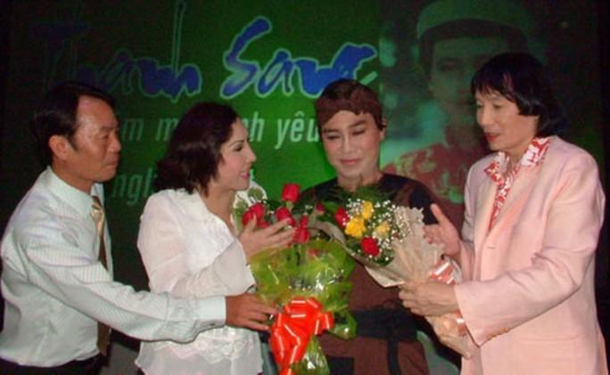 """NSND - nhạc sĩ Thanh Hải (bìa trái), NSND Lệ Thủy, NSƯT Minh Vương (bìa phải) tặng hoa chúc mừng """"Trần Minh"""" - Thanh Sang trong chương trình """"50 năm một tình yêu sân khấu"""" vinh danh ông tại Nhà hát Thành phố"""