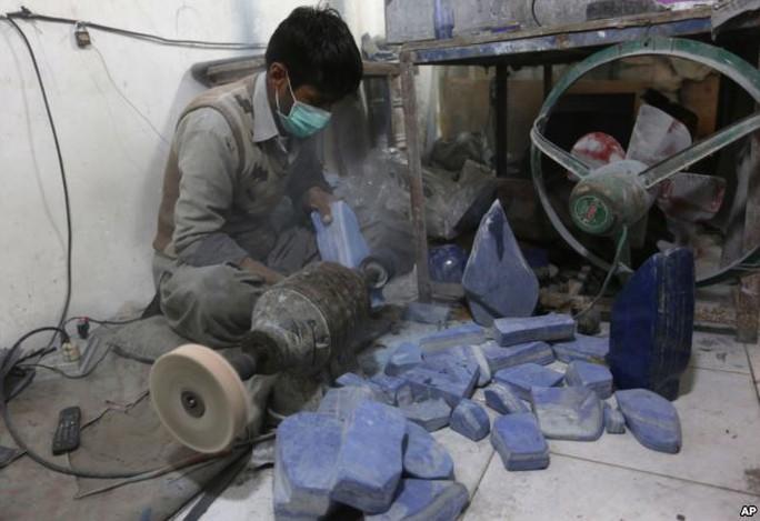Chế tác ngọc lưu ly (lapis lazuli) - loại đá quý hầu như chỉ có ở Afghanistan - tại một cơ sở thuộc thủ đô Kabul. Hằng năm, Taliban kiếm được 20 triệu USD nhờ khai thác và kinh doanh loại đá quý này Ảnh: AP