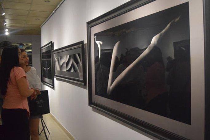 Khai mạc triển lãm ảnh khỏa thân đầu tiên - Ảnh 1.