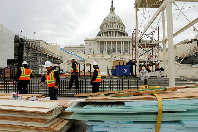 Các công nhân xây dựng những bục đứng tại tòa quốc hội. Ảnh: REUTERS