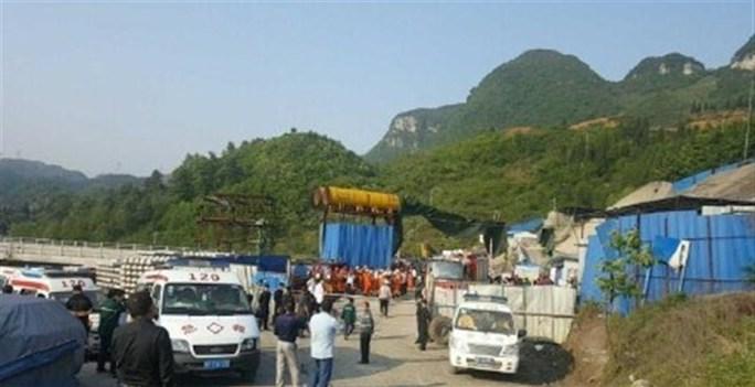 Lực lượng cứu hộ tại hiện trường sập đường hầm xe lửa Qishanyan. Ảnh: Shanghai Daily