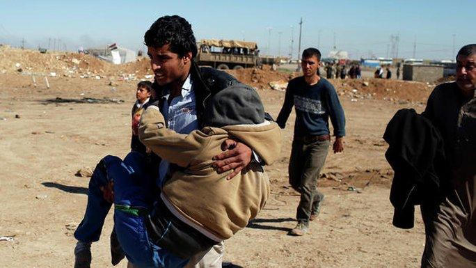Người dân Iraq di tản khỏi nhà họ ở phía Tây Mosul ngày 25-3. Nguồn: Reuters