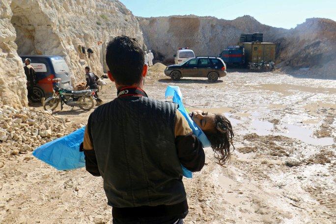 Trong số các nạn nhân của vụ tấn công hóa học tại Syria có 28 trẻ em. Ảnh: REUTERS