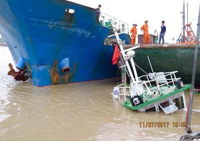 Tàu vận tải biển bất ngờ đâm chìm tàu đầu kéo đậu ven bờ - Ảnh 1.