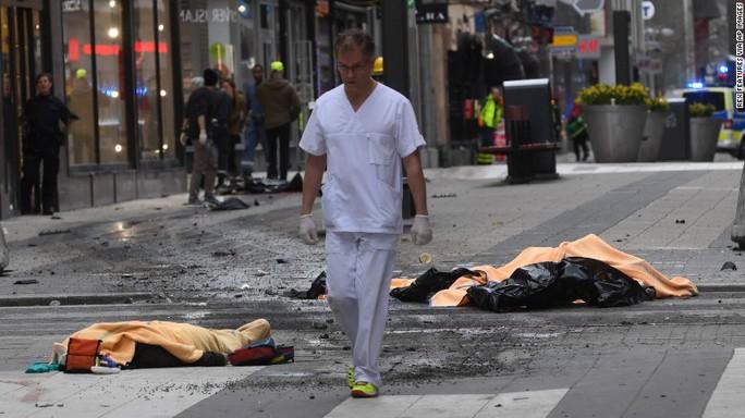 Hình ảnh hai người chết tại hiện trường. Ảnh: AP