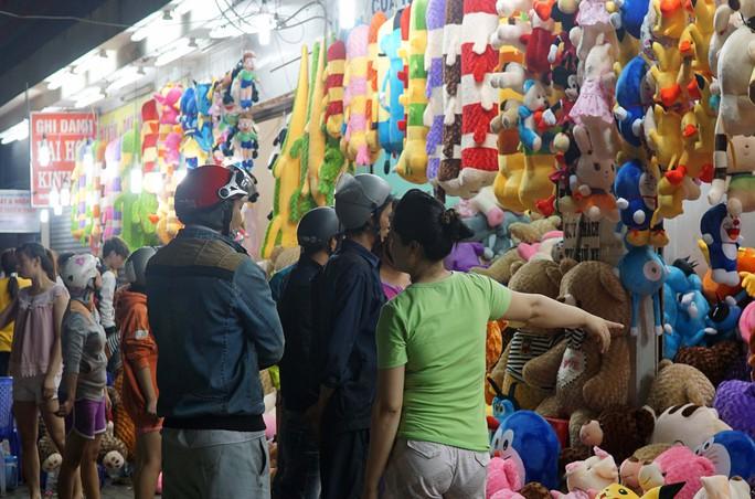 Khá hơn những điểm bán hoa, một điểm bán gấu bông trên đường Võ Văn Ngân (Thủ Đức) từ tối 13-2 đã có nhiều người đến mua làm quà tặng