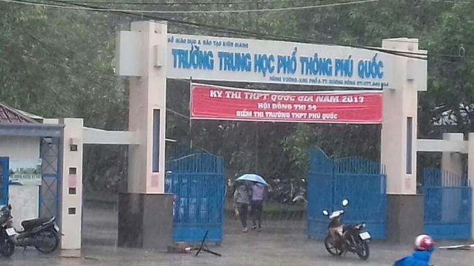 Hàng trăm TS ở đảo Phú Quốc đội mưa đi thi - Ảnh 1.
