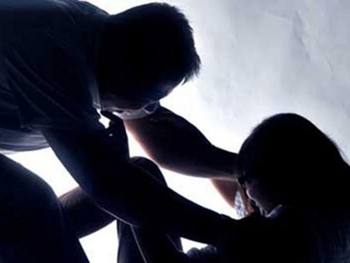 Đột nhập nhà, dùng kéo khống chế, hiếp dâm trẻ em - Ảnh 1.