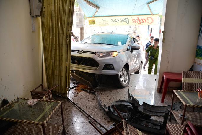 Sau vụ tai nạn, ô tô bị hư hỏng nặng. Ảnh: Tử Trực
