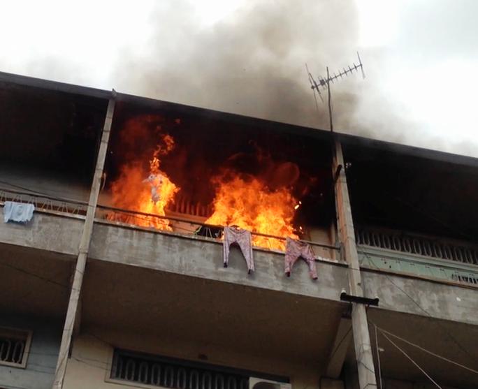 Lửa cháy ngùn ngụt tại căn hộ trên tầng 3 chung cư Phùng Hưng