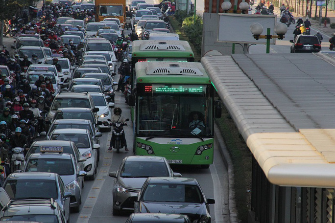 Xe buýt nhanh gặp nhiều khó khăn khi đi vào giờ cao điểm