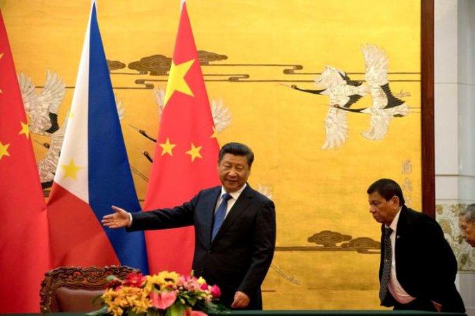 Tổng thống Duterte (phải) được Chủ tịch Trung Quốc Tập Cận Bình tiếp đón tại Bắc Kinh ngày 20-10-2016. Ảnh: REUTERS
