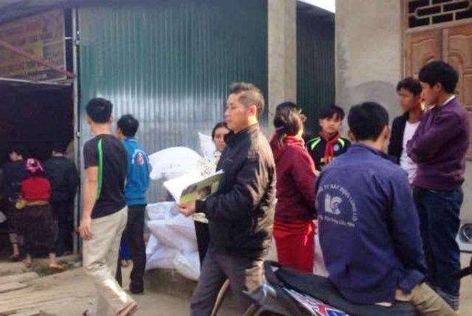 Người dân xã Quang Chiếu, huyện Mường Lát (Thanh Hóa) đi nhận gạo cứu trợ