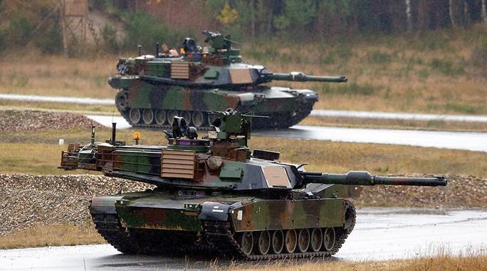 Hàng trăm xe tăng, xe tải và thiết bị quân sự của Mỹ vừa cập cảng Bremerhaven – Đức. Ảnh: REUTERS