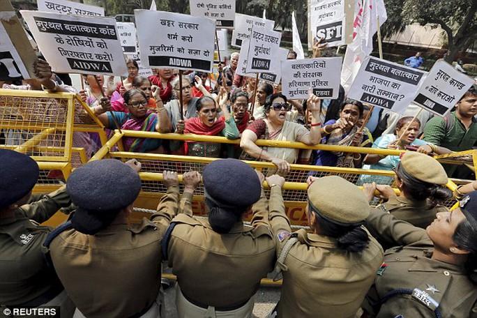 Biểu tình phản đối nạn cưỡng hiếp tại Ấn Độ hồi năm ngoái. Ảnh: REUTERS
