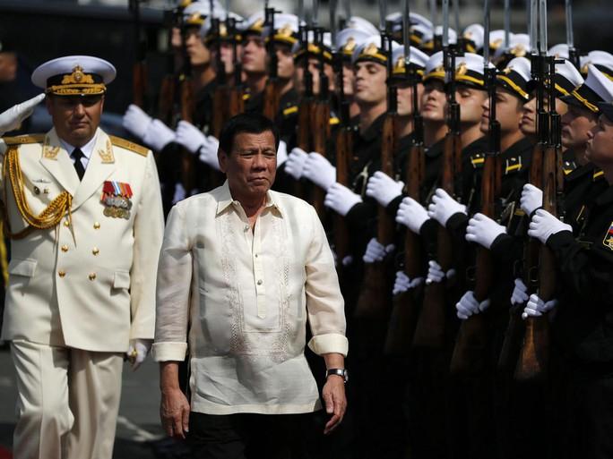 Tổng thống Philippines lên tàu chống ngầm của hải quân Nga ở Manila hôm 6-1. Ảnh: EPA