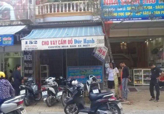 Nhà chủ tiệm cầm đồ bị 4 thanh niên bịt mặt ném chất bẩn vào nhà
