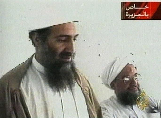 Osama Bin Laden (trái) năm 2001. Ảnh: DAILY MAIL