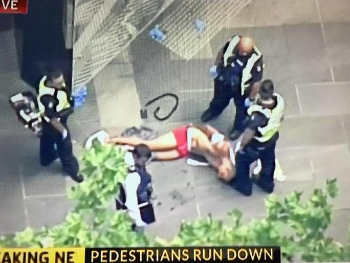 Nghi phạm bị cảnh sát còng tay. Ảnh: TWITTER