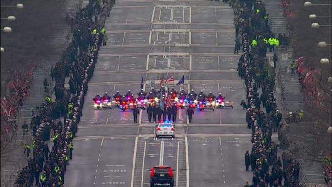 Đoàn xe diễu hành hướng về Nhà Trắng. Ảnh: BBC