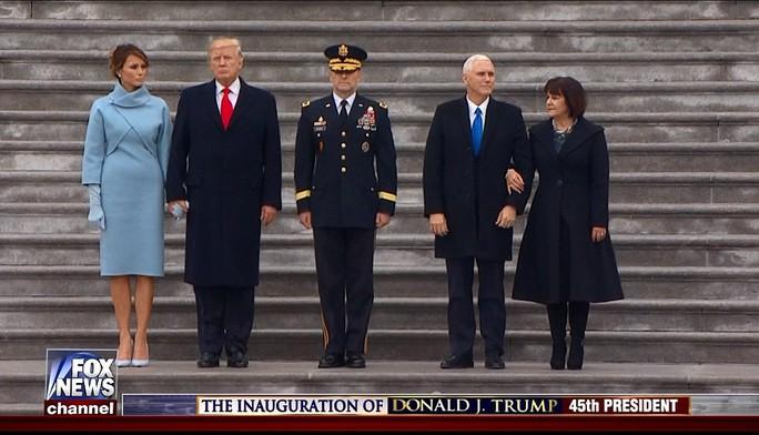 Hai ông Trump và Pence duyệt đội danh dự trước lễ diễu hành. Ảnh: FOX NEWS