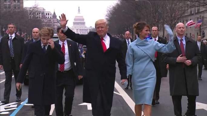 Tổng thống Trump và đệ nhất phu nhân cùng con trai Baron xuống xe đi bộ hướng tới ngôi nhà mới của họ tại 1600 Đại lộ Pennsylvania. Ảnh: POOL