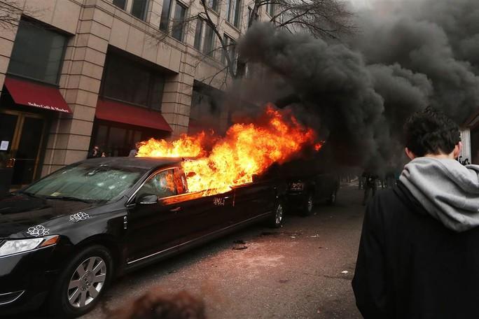 Chiếc limousine của ông Villarroel bị đốt hôm 20-1. Ảnh: NBC NEWS