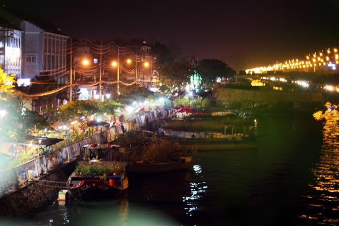 Từ đây, kênh Tân Hóa - Lò Gốm đoạn chảy qua Bến Bình Đông trở nên tấp nập lung linh cảnh trên bến dưới thuyền