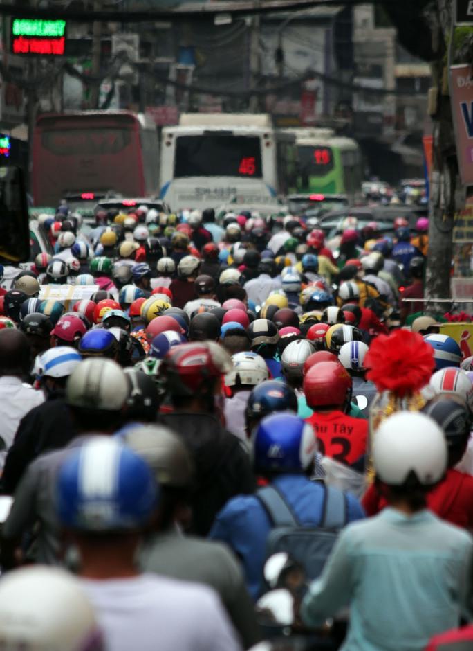 Khoảng 16 giờ ngày 24-1, hàng ngàn phương tiện đổ về đường Xô Viết Nghệ Tĩnh khiến con đường này trở nên kẹt xe nghiêm trọng.