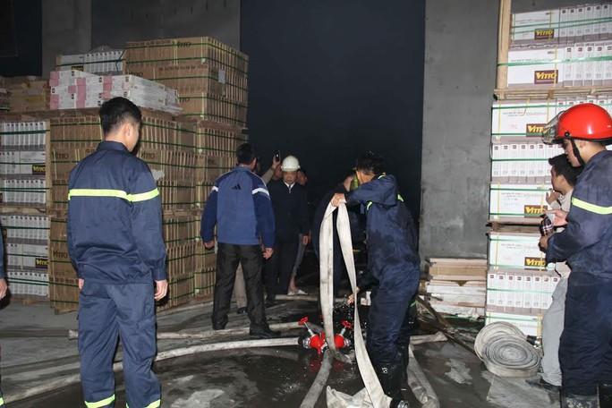 50 chiến sĩ Cảnh sát PCCC được huy động đến hiện trường để dập lửa