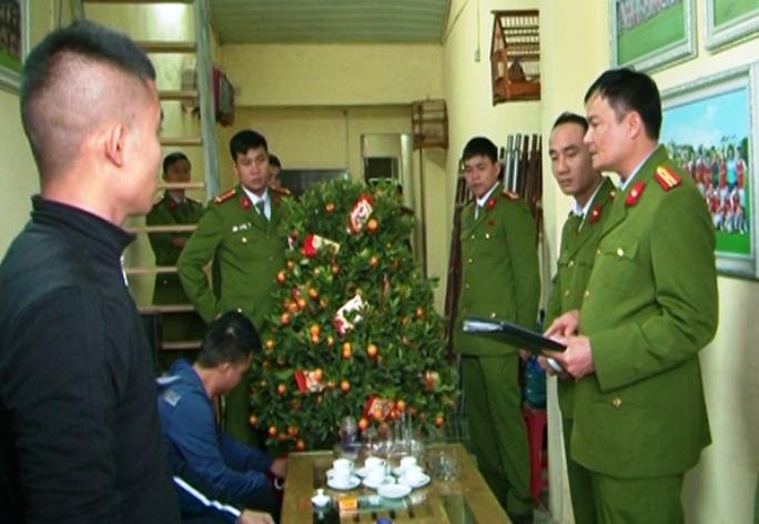 Công an TP Thanh Hóa khám xét tiệm cầm đồ của Đỗ Minh Tuấn và phát hiện nhiều hàng nóng tại đây
