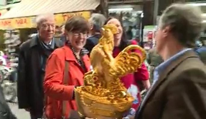 Đại sứ, Trưởng đại diện Phái đoàn Liên minh châu Âu tại Việt Nam Bruno Angelet nhanh tay sắm một bức tượng gà - Ảnh cắt từ clip