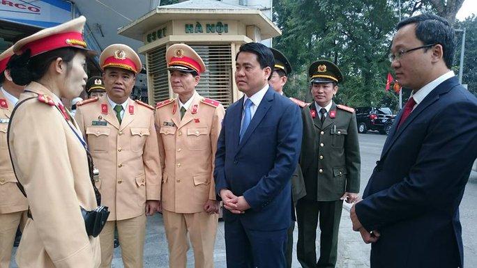 Ông Nguyễn Đức Chung thăm và động viên các cán bộ chiến sĩ CSGT của Phòng CSGT TP Hà Nội - Ảnh: D. H.